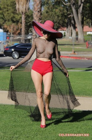 Blanca-Blanco-See-Thru-Boobs-Flashing-In-LA-Park_005.md.jpg